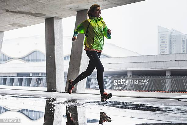rainy day exercising - winter sport stockfoto's en -beelden