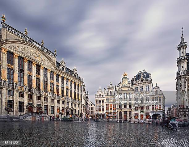 rainy day, grand place (brussels) - brussels capital region stock pictures, royalty-free photos & images