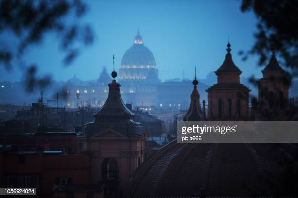 rainy day in rome: tourists with umbrellas - roma stock photos and pictures
