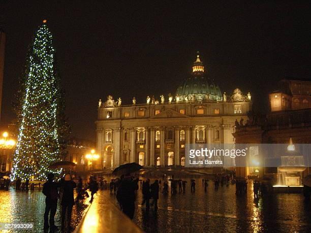 rainy evening in st. peter's square - natale di roma foto e immagini stock