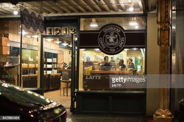 元スターバックス、パイク ・ プレース ・ マーケットで雨の夜 - スターバックス ストックフォトと画像