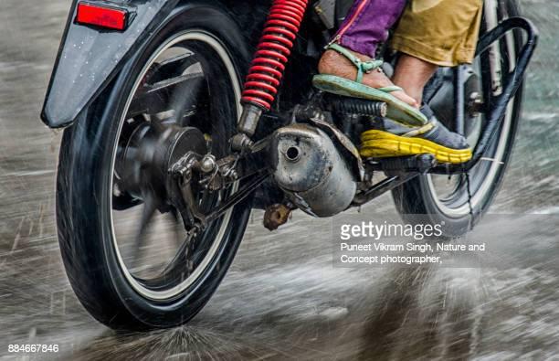 rainy ride - mumbai stock-fotos und bilder