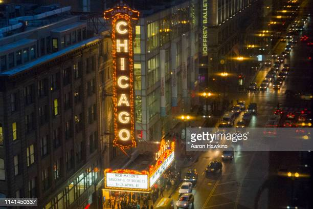 rainy spring night in downtown chicago - chicago theater stock pictures, royalty-free photos & images