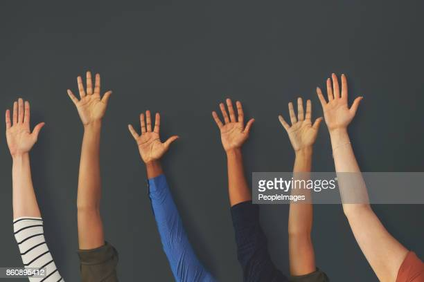 levanten la mano si tu eres parte de nuestro equipo - mujeres mano levantada fotografías e imágenes de stock