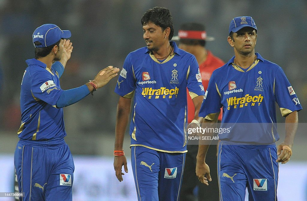 Rajasthan Royals Captain Rahul Dravid (R) and Sidharth Trivedi (C) celebrate the wicket of Deccan Chargers batsman Akshath Reddy during the IPL Twenty20 cricket match between Deccan Chargers and Rajasthan Royals at Rajiv Gandhi International Stadium in Hyderabad on May 18, 2012. AFP PHOTO / Noah SEELAM