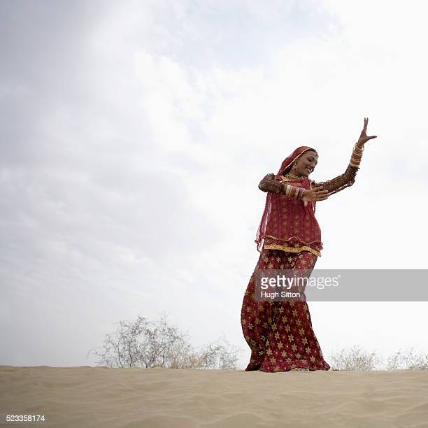 rajasthani female dancer in the thar desert - hugh sitton india stock pictures, royalty-free photos & images