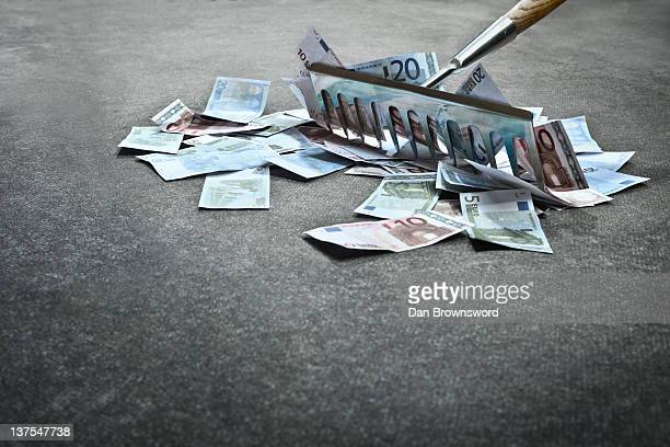 Rake collecting Euro notes