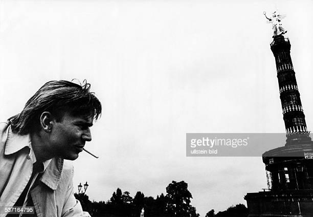 Rakete Jim * Fotograf Fotojournalist D Portrait an der Siegessaeule in Berlin raucht eine Zigarette 1981