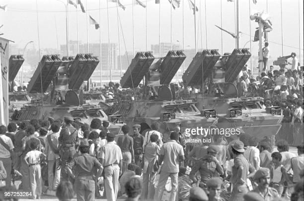 Raketenwerfer auf gepanzerten Fahrzeugen bei einer Militärparade in Bengasi im September 1979 anlässlich des 10 Jahrestages des Sturzes der Monarchie