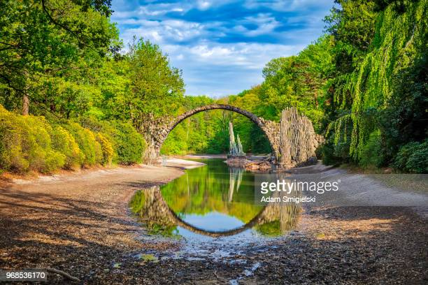 rakotz puente (puente de arco, rakotzbrücke) en kromlau, alemania (hdri) - diablo lake fotografías e imágenes de stock