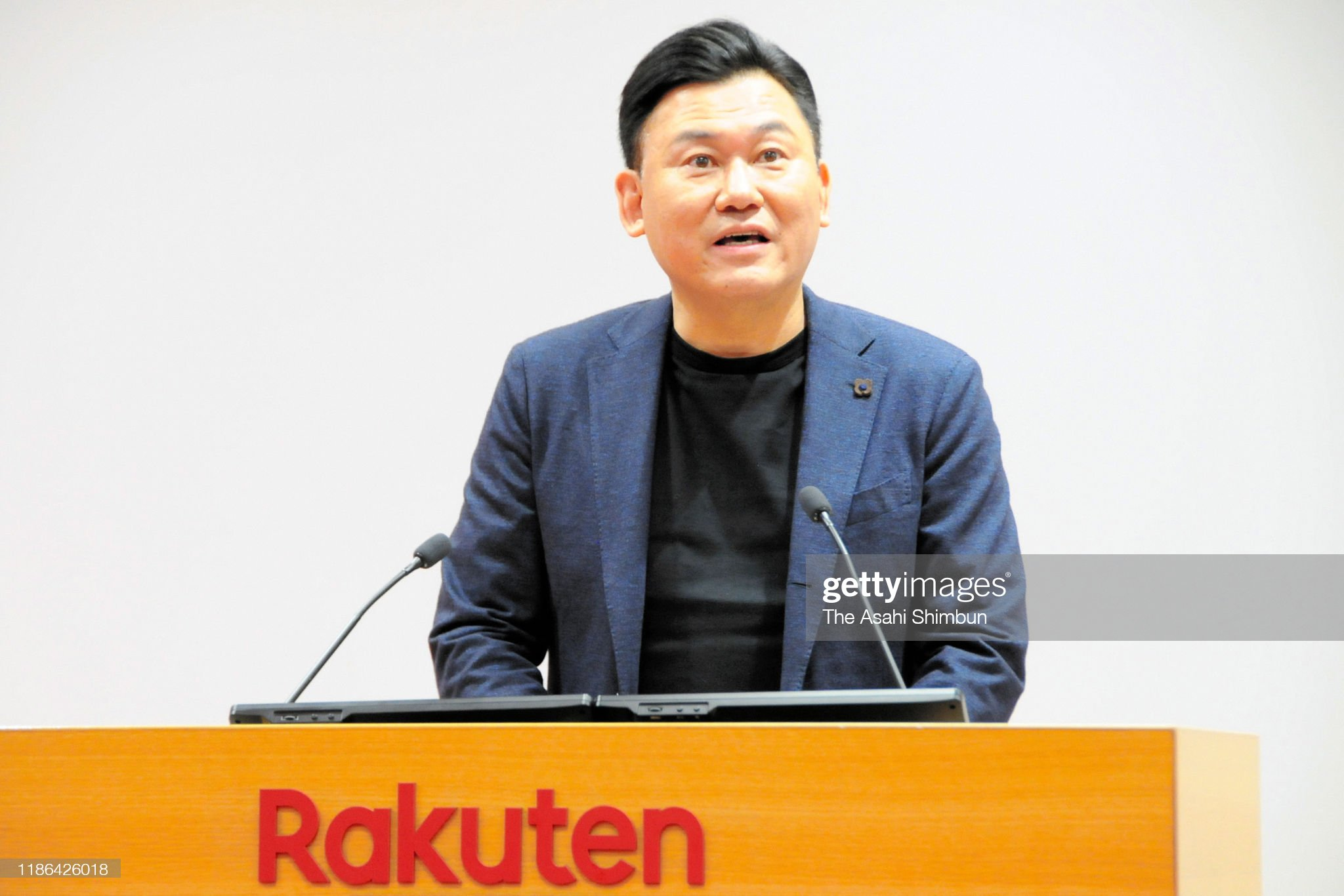 ¿Cuánto mide Hiroshi Mikitani? - Altura - Real height Rakuten-ceo-hiroshi-mikitani-speaks-during-a-press-conference-on-7-picture-id1186426018?s=2048x2048