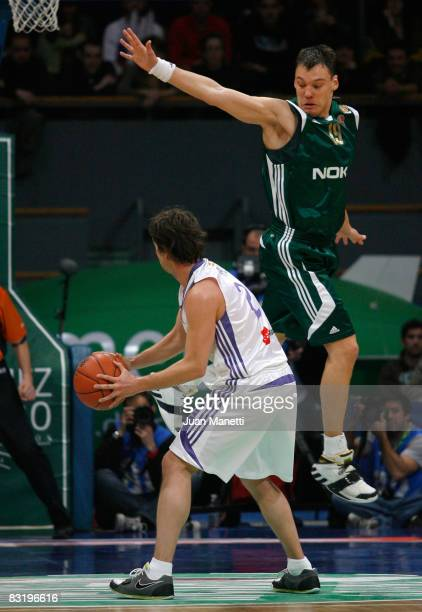 Ral Lpez of Real Madrid and Sarunas Jasikevicius of Panathinaikos in action during the Euroleague Basketball Game 14 between Real Madrid vs...