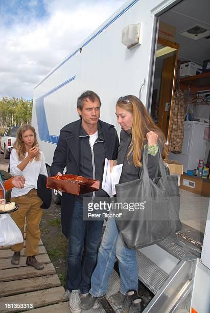 """Ralf Bauer, Alexandra Schalaudek , Team-Mitglied, am Rande der Dreharbeiten der ZDF-Reihe """"Im Tal der wilden Rosen"""", Folge 3: """"Gipfel der Liebe"""", am..."""