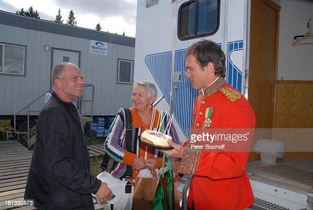 Ralf Bauer Mutter Anna Scheefeld Mitglied vom Drehteam 41 Geburtstag von Ralf Bauer am Rande der Dreharbeiten zur ZDFReihe 'Im Tal der wilden Rosen'...
