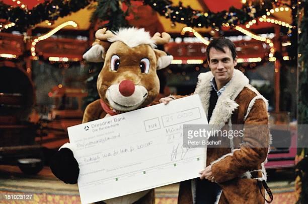 Ralf Bauer Rudolph unicefAktion 'Rudolph Kids for Kids' Weihnachtsmarkt München 'Chinesischer Turm' Schauspieler Rentier Verkleidung Kostüm Scheck...