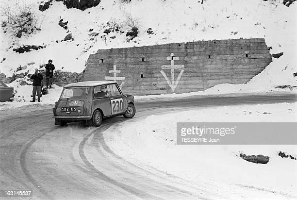 Rally Monte Carlo 1966 21 janvier 1966 le Rallye de MonteCarlo 1966 Sur une route de montagne enneigée une Mini Cooper pendant la course