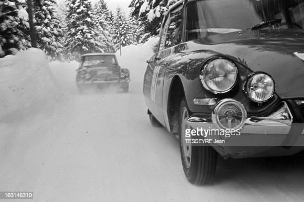 Rally Monte Carlo 1966 21 janvier 1966 le Rallye de MonteCarlo 1966 Sur une route de montagne enneigée deux Citroën DS pendant le course