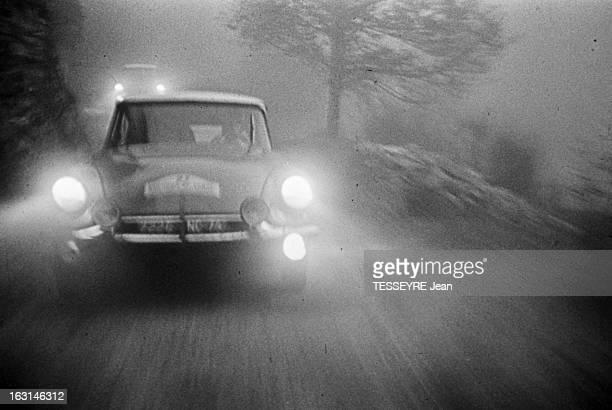 Rally Monte Carlo 1966 21 janvier 1966 le Rallye de MonteCarlo 1966 Sur une route de montagne enneigée une Citroën DS pendant le course dans le...