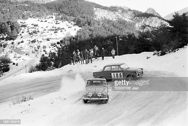 Rally Monte Carlo 1966 21 janvier 1966 le Rallye de MonteCarlo 1966 Sur une route de montagne enneigée deux voitures pendant la course