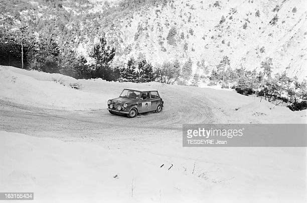 Rally Monte Carlo 1966 21 janvier 1966 le Rallye de MonteCarlo 1966 Sur une route de montagne enneigée la Mini Cooper pilotée par le finlandais Timo...