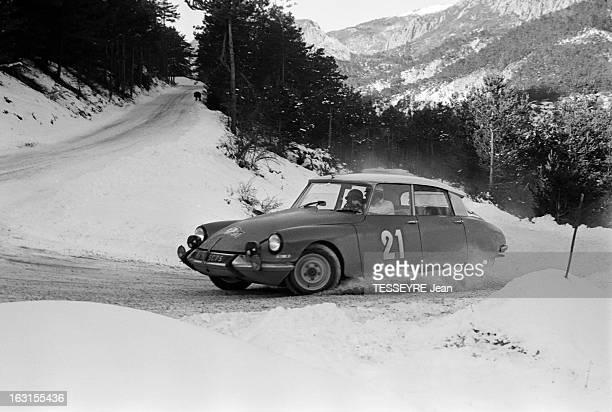 Rally Monte Carlo 1966 21 janvier 1966 le Rallye de MonteCarlo 1966 Sur une route de montagne enneigée une Citroën DS pendant la course