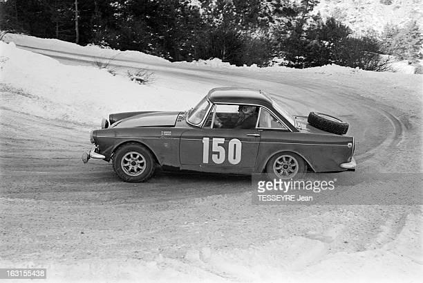Rally Monte Carlo 1966 21 janvier 1966 le Rallye de MonteCarlo 1966 Sur une route de montagne enneigée une voiture lors de la course