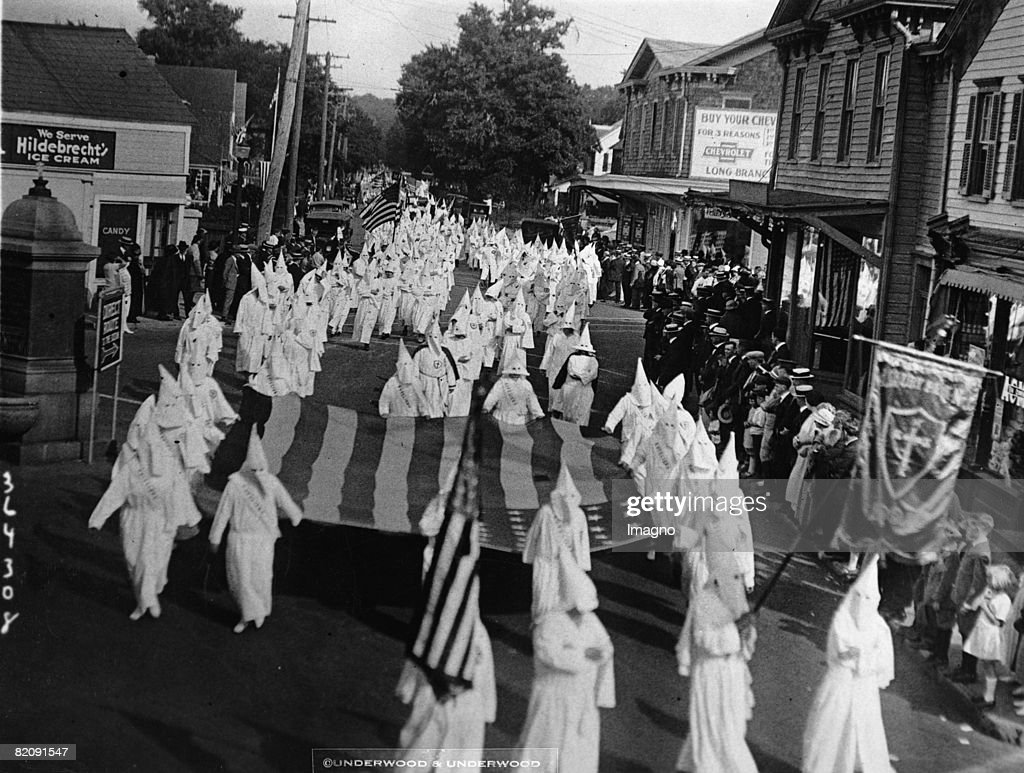 Rally of the Ku Klux Klan in Long Branch, New Jersey, Photograph, April 7th 1924 (Photo by Imagno/Getty Images) [Aufmarsch des Ku Klux Klans in Long Branch, New Jersey, Photographie, 7, April 1924]