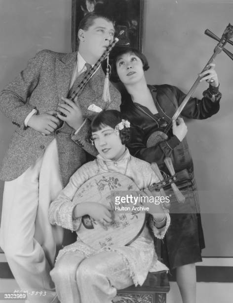 Ralph Forbes Renee Adoree and her sister Mira Adoree demonstrate Chinese jazz between takes of the MGM film 'Mr Wu'
