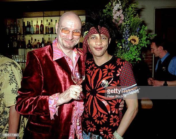 Ralph Morgenstern Francis Winter Adoptivsohn von Judy Winter Feier Weinglas Wein Stirnband Abendgarderobe Blumen Blumenstrauss Brille 389/01