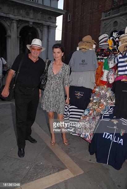 Ralph Siegel Ehefrau Kriemhild Jahn Musikfilm Eine Nacht in Venedig mit K R I E M H I L D J A H N Venedig Italien Europa Markusplatz Souvenirstand...