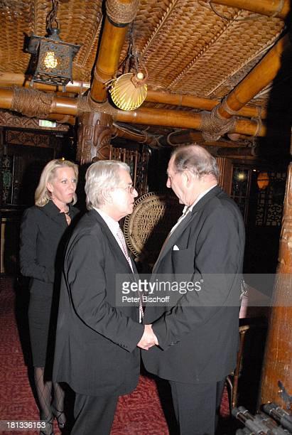 """Ralph Siegel , Frank Elstner, Lebensgefährtin Britta Gessler, nach der Mozart-Premiere von K R I E M H I L D J A H N, Restaurant """"Trader Vic`s"""",..."""