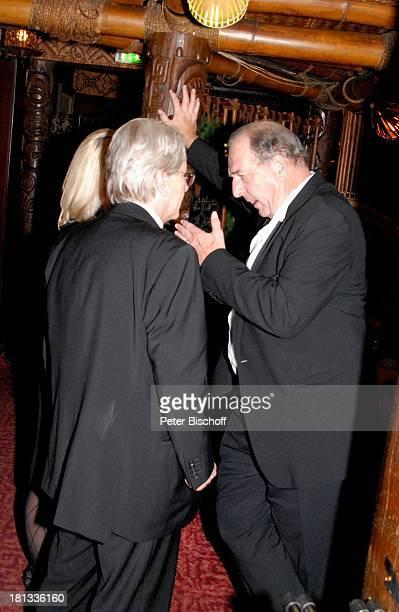 """Ralph Siegel , Frank Elstner, Lebensgefährtin Britta Gessler , nach der Mozart-Premiere von K R I E M H I L D J A H N, Restaurant """"Trader Vic`s"""",..."""