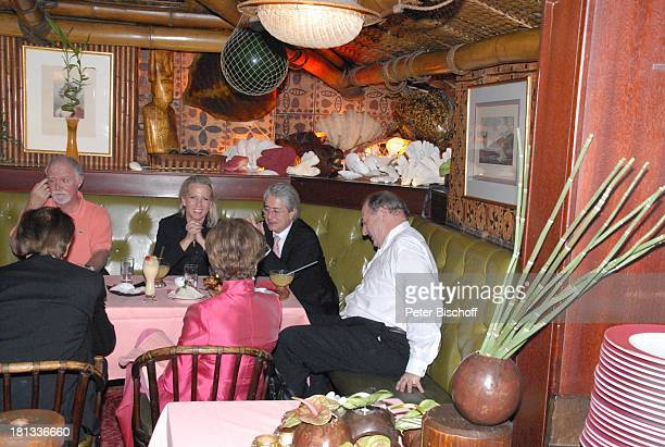 Ralph Siegel , Frank Elstner , Lebensgefährtin Britta Gessler, weitere Gäste, nach der Mozart-Premiere von K R I E M H I L D J A H N, Restaurant...