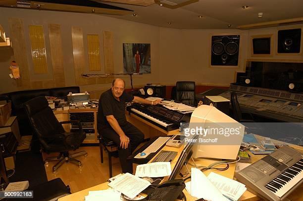 Ralph Siegel Homestory im hauseigenen Tonstudio München Deutschland PNr 1825/2006 Siegel Musikverlage Büro Mischpult LautsprecherBoxen Mikrofon...