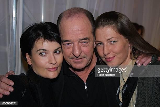 Ralph Siegel Tochter Marcella Siegel Lebensgefährtin Kriemhild Jahn ZDFCastingShow Die Deutsche Stimme 2003 Köln Backstage umarmen Promi PNr1040/2003...