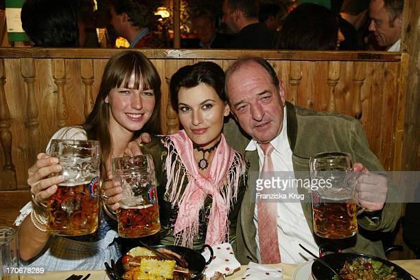 Ralph Siegel Zusammen Mit Freundin Kriemhild Jahn Tochter Marcella Beim Oktoberfest 2002 In München