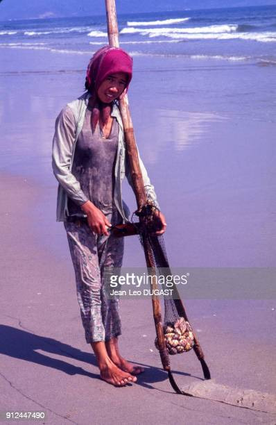 Ramasseuse de coquillages sur la plage de China Beach Viet Nam