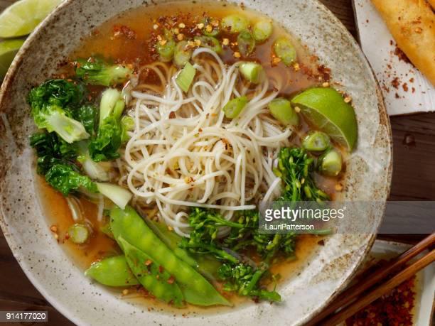 ramen noodle en groentesoep - schaal serviesgoed stockfoto's en -beelden