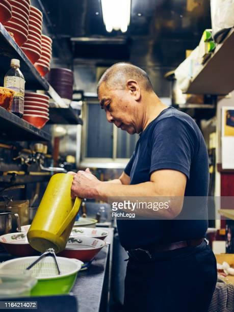 東京のラーメン店オーナー - 中年の男性一人 ストックフォトと画像
