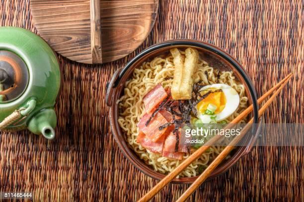 Ramen mit Speck und gekochtem Ei
