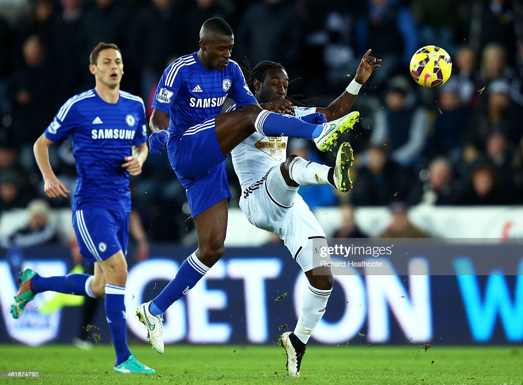 Ramires of Chelsea (C) challenges Marvin Emnes of Swansea City (R) for the ball during the Barclays Premier League match between Swansea City and Chelsea at Liberty Stadium on January 17, 2015 in Swansea, Wales.