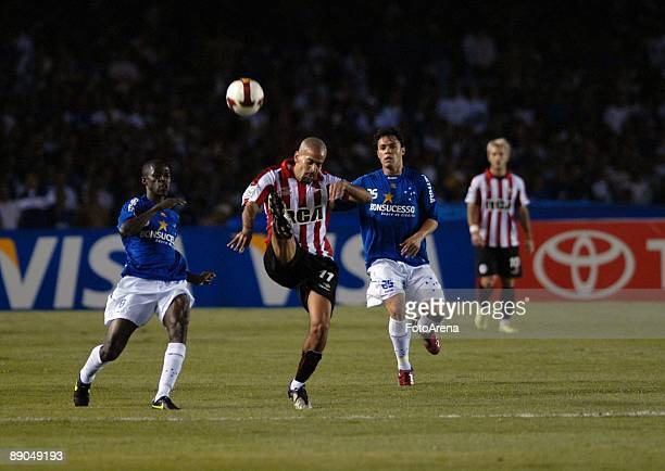 Ramirez of Brazil's Cruzeiro vies for the ball with Sebastian Veron of Argentina's Estudiantes during the Libertadores Cup 2009 final match at the...