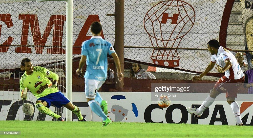Huracan v Sporting Cristal - Copa Bridgestone Libertadores 2016 : ニュース写真