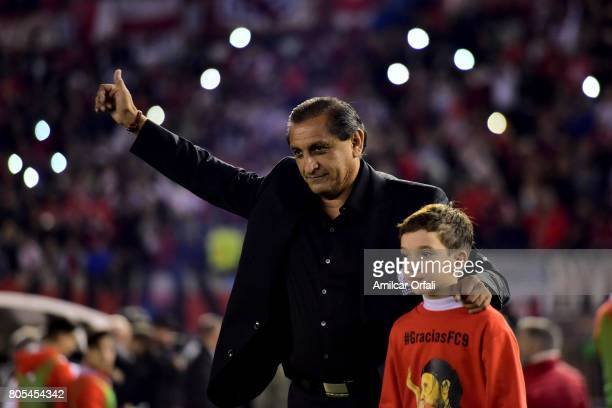 Ramon Angel Diaz greets the fans prior the Fernando Cavenaghi's farewell match at Monumental Stadium on July 01 2017 in Buenos Aires Argentina