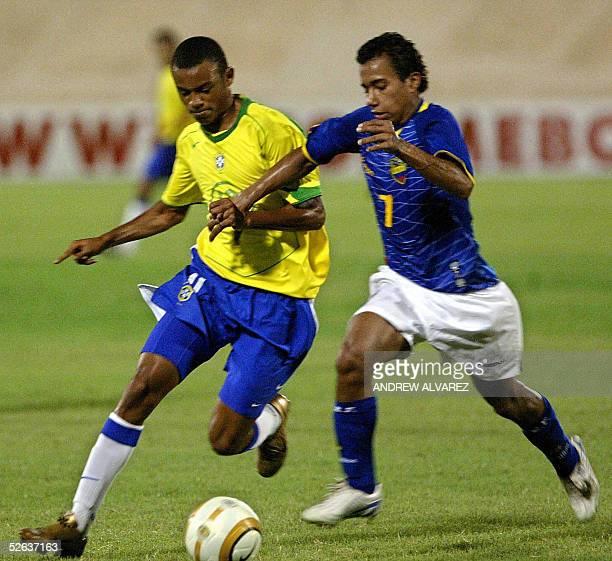 Ramon de Brasil disputa el balon con el ecuatoriano Ider Quintero en un partido de la ronda final del Campeonato Sudamericano sub17 en Maracaibo...
