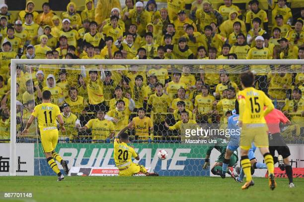 Ramon Lopes of Kashiwa Reysol scores the opening goal during the J.League J1 match between Kashiwa Reysol and Kawasaki Frontale at Hitachi Kashiwa...