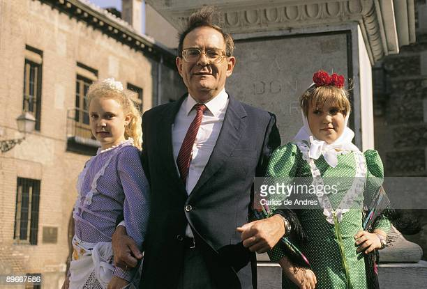 Ramon Tamames next to two girls with typical suit from Madrid