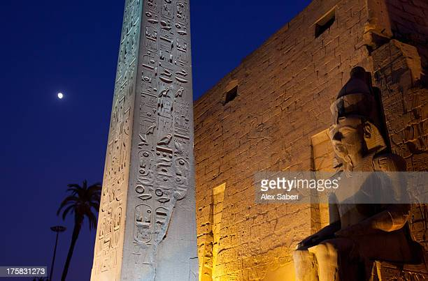 ramses statue and obelisk at the entrance to the luxor temple complex. - alex saberi stock-fotos und bilder