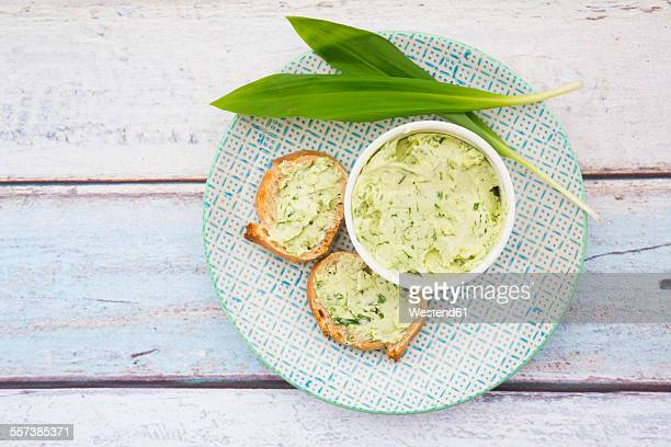 ramson butter, ramson, and slices of baguette - ail des ours photos et images de collection
