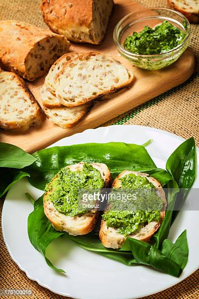 ail des ours au pesto - ail des ours photos et images de collection